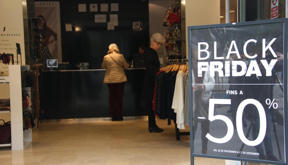 Pla obert d'un comerç que s'ha adherit al Black Friday a Tarragona.