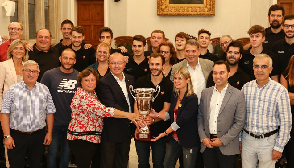 La presidenta del Reus Deportiu amb la Supercopa d'Espanya.