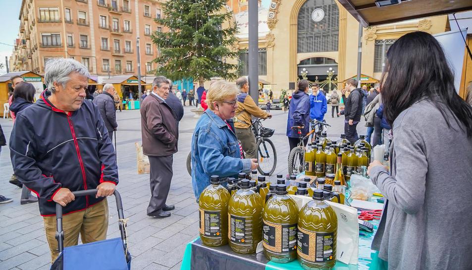 Un dels vint punts de venda d'oli de Siurana, ahir al matí a la plaça Corsini.