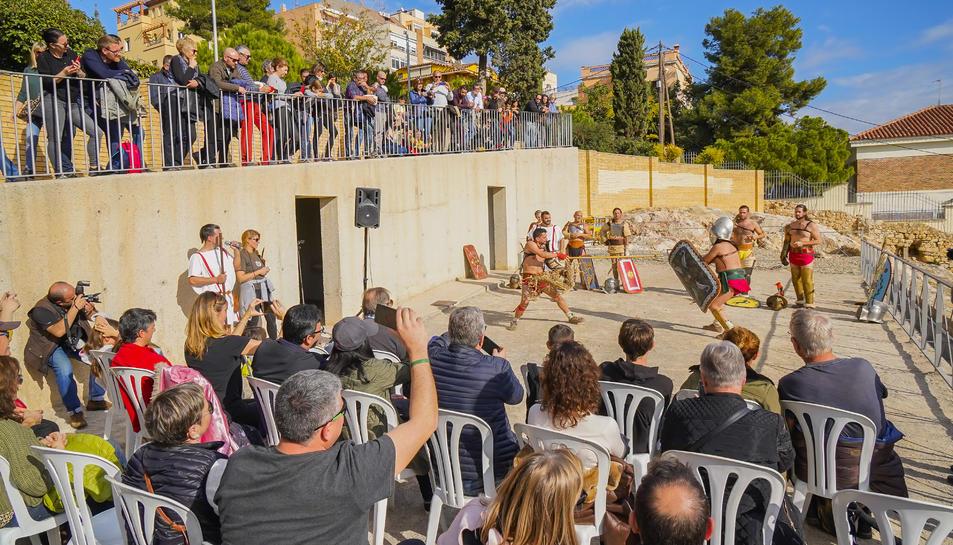 El mirador de l'Amfiteatre, únic sector del monument obert al públic, va acollir una activitat de recreació del món de la gladiatura.