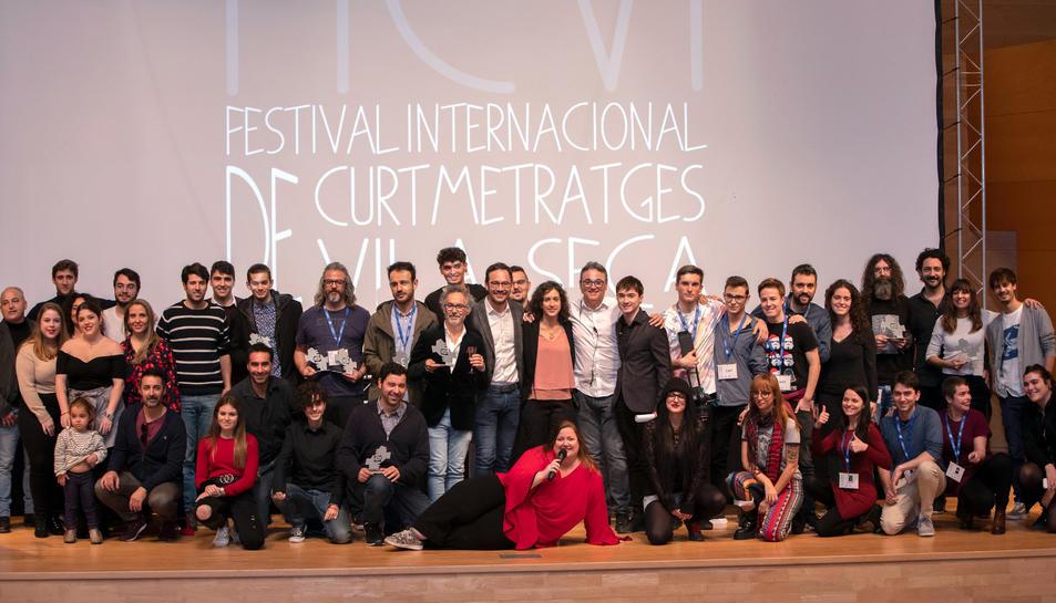 Els guanyadors de la quarta edició del Festival Internacional de Curtmetratges de Vila-seca (FICVI) en la fotografia de família al final de l'entrega de premis.