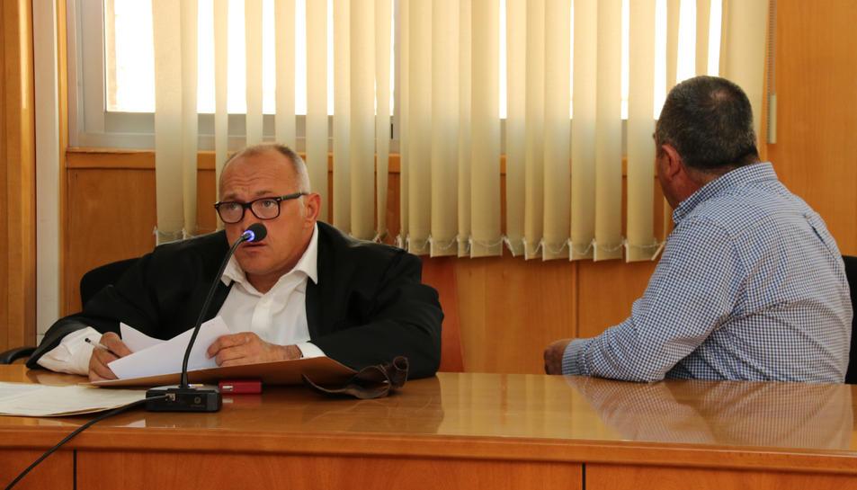 Pla mitjà de l'home que s'enfrontava a 7 anys i mig de presó per un incendi originat per una calçotada al Baix Camp, d'esquena.