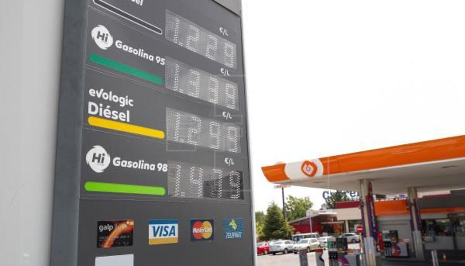 Cartell informatiu de preus dels combustibles a una gasolinera de Madrid.