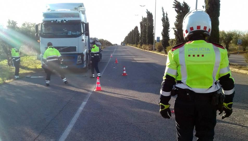 Els Mossos d'Esquadra van aturar-lo en un control policial a vehicles professionals perquè circulava amb excés de pes.