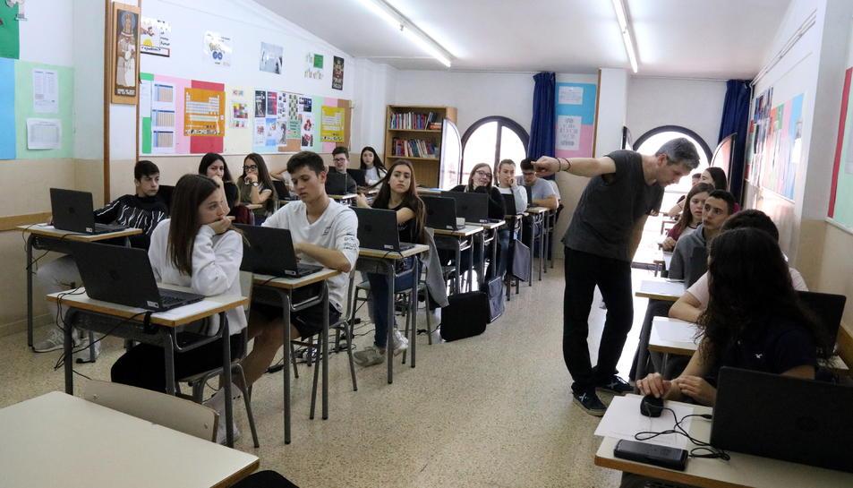 Una aula amb alumnes asseguts durant les proves PISA al Col·legi La Mercè de Martorell.
