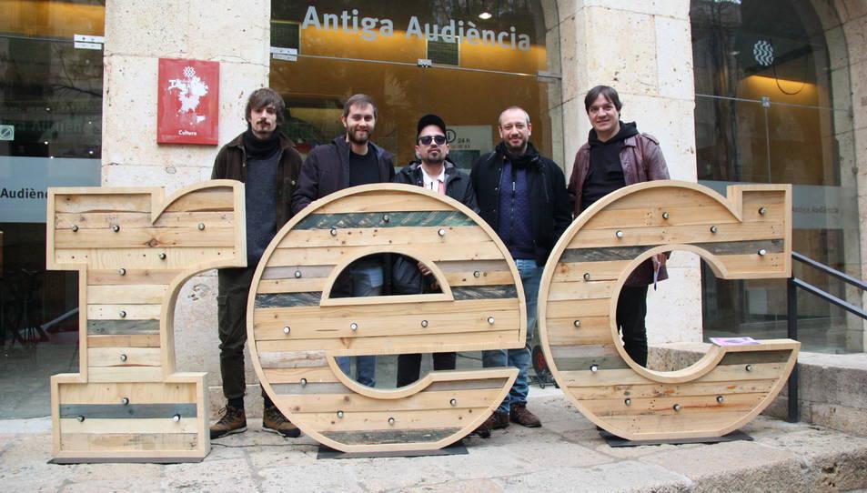 Imatge dels creadors locals participants en l'edició d'enguany del Festival REC, acompanyant el director del certamen, Javier García Puerto (a la dreta de la imatge)