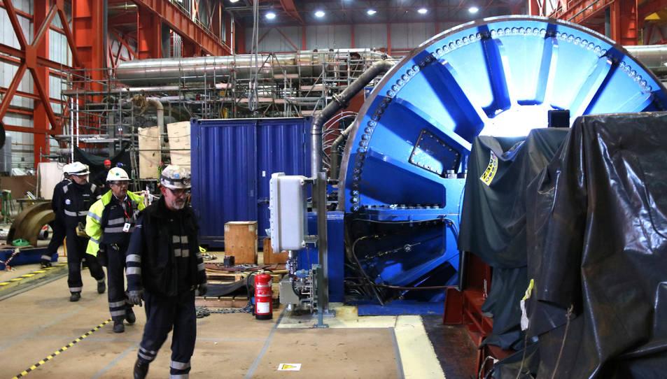 Imatge d'uns operaris a l'interior de l'edifici de turbines de la central nuclear Vandellòs II