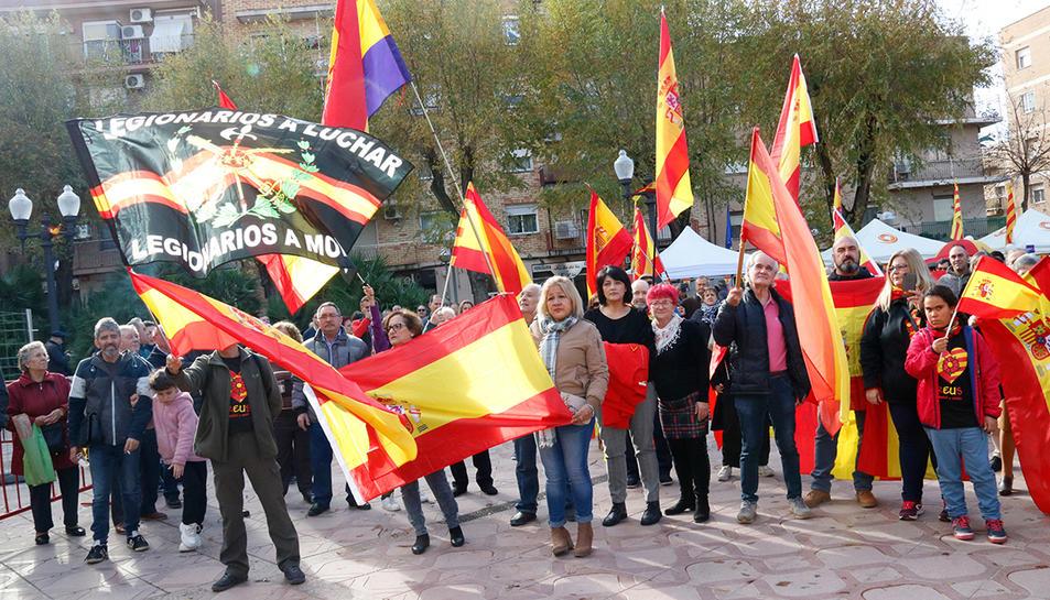 Assistents a l'acte d'homenatge a la Constitució espanyola al barri tarragoní de Bonavista, organitzat per Societat Civil Catalana.