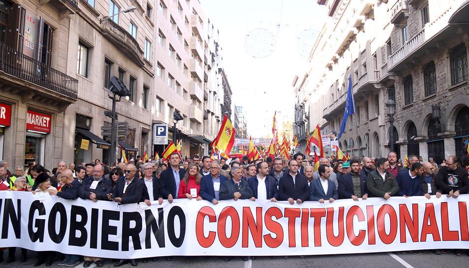 La capçalera de la manifestació en defensa de la Constitució a Barcelona, amb la presència del líder de Vox, Santiago Abascal, i el líder del PP català, Alejandro Fernández