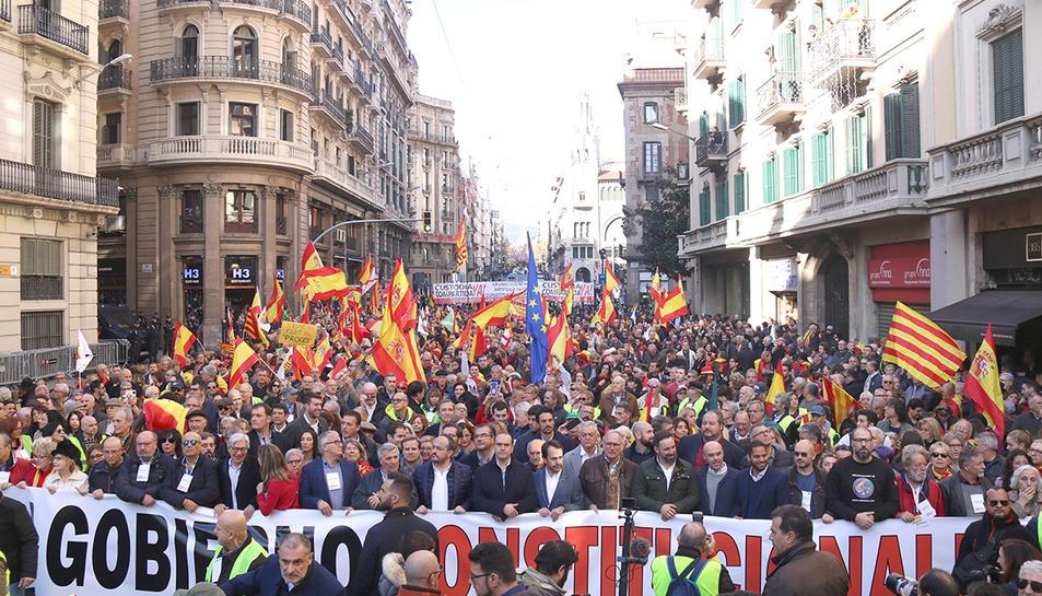 La manifestació per la Constitució espanyola a la Via Laietana, amb la capçalera i la part alta del carrer plena de gent amb banderes espanyoles.