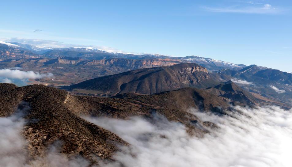 Pla general d'un globus aerostàtic sobrevolant la Conca de Tremp, dins l'àmbit del Geoparc Orígens.