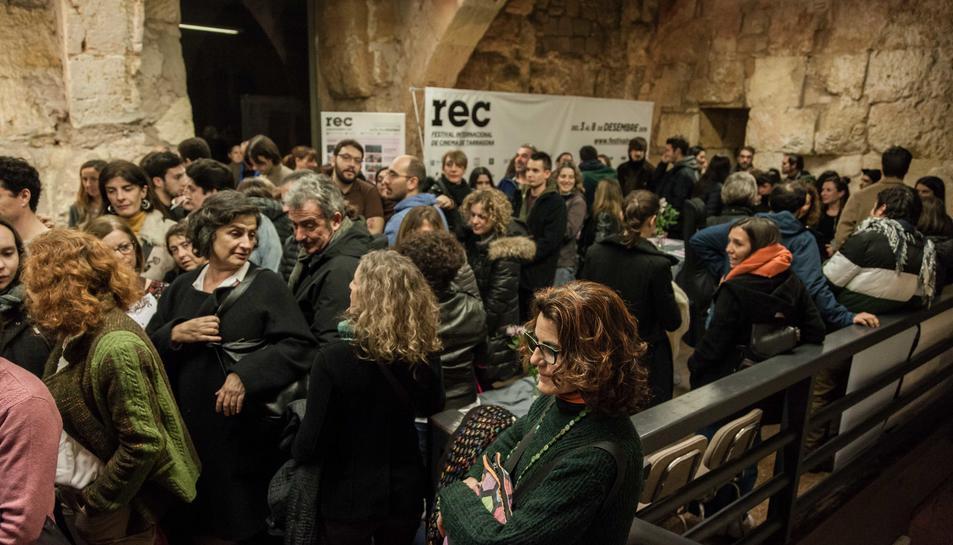 Imatge d'alguns espectadors del REC fent cua a l'Antiga Audiència.