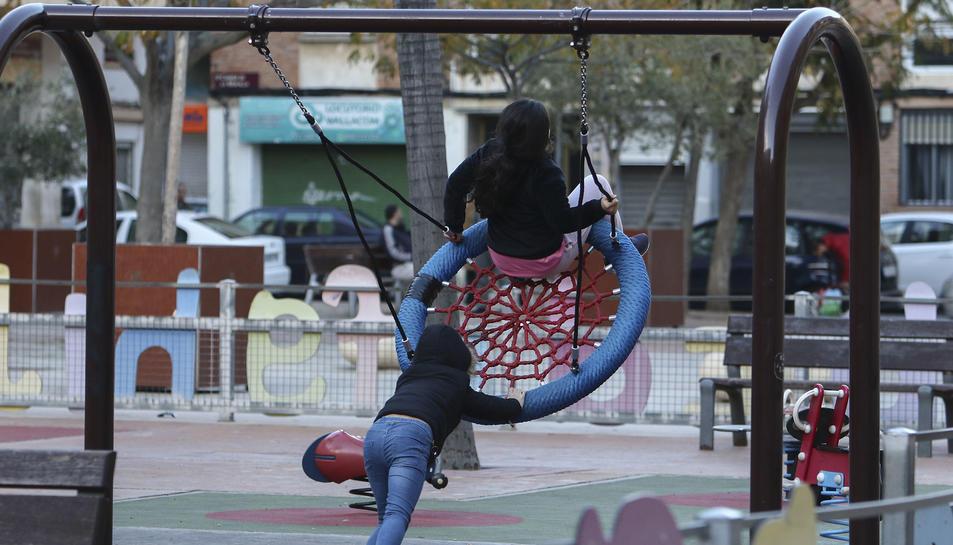 El gronxador amb seient niu que s'ha ubicat a la plaça de Teresa Miquel i Pàmies.