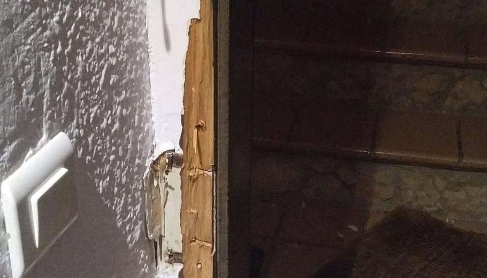 Imatge de la porta de l'edifici forçada.