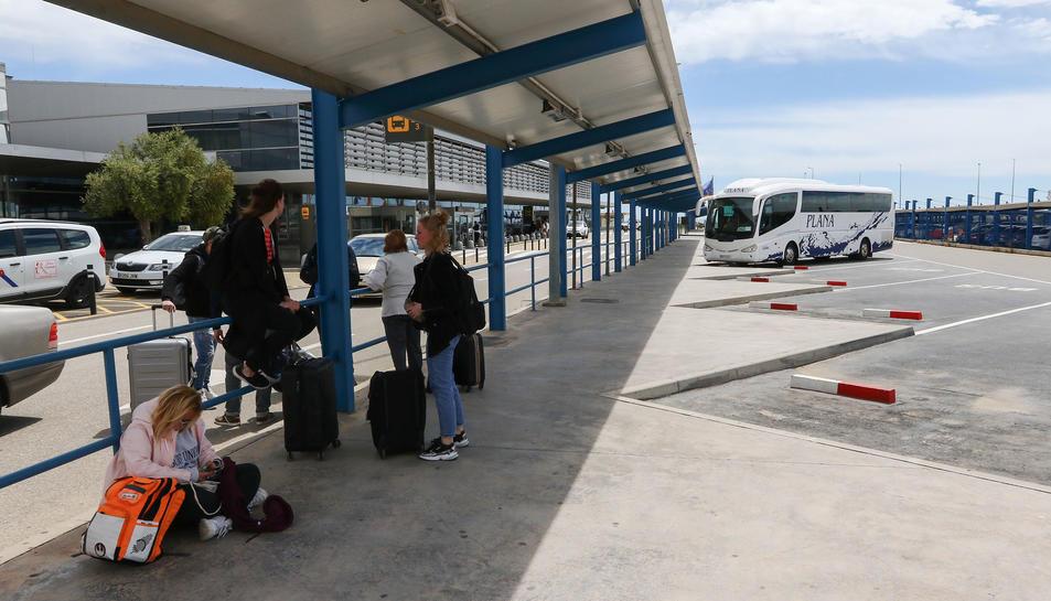 Una imatge d'arxiu de turistes esperant per agafar l'autobús a les andanes de l'aeròdrom reusenc.