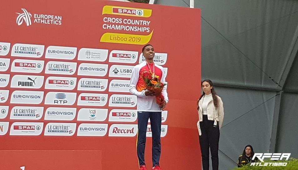 Oukhelfen al podi amb la medalla de bronze.