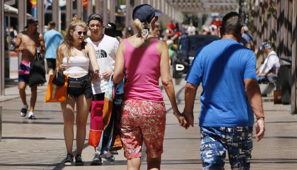 Diversos turistes passegen pel carrer Saragossa de Salou.