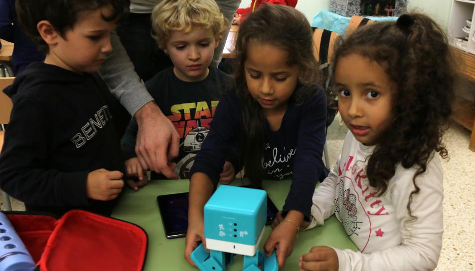 Alumnes de l'escola Horta Vella de Sant Carles de la Ràpita jugant amb un robot.