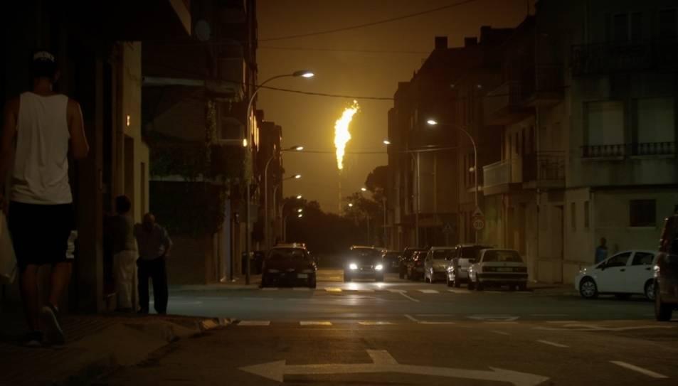 Imatge d'un moment del programa on es veu la torxa del complex químic de Tarragona