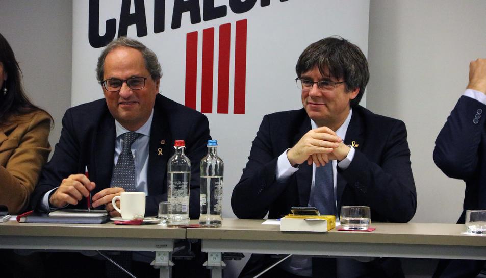 Pla mitjà del president Quim Torra i l'expresident Carles Puigdemont durant la reunió de JxCat a Brussel·les.