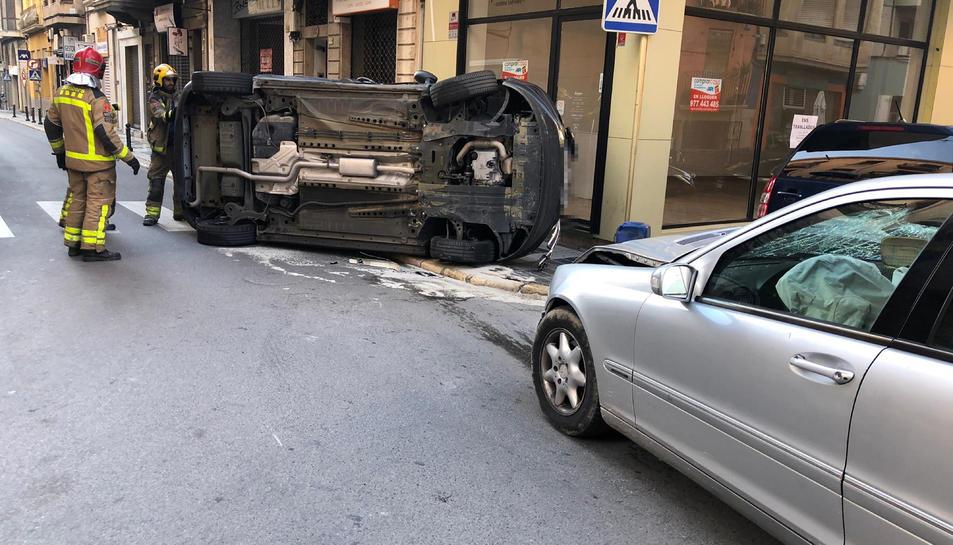 Pla general dels vehicles accidentats, un d'ells bolcats després del xoc.