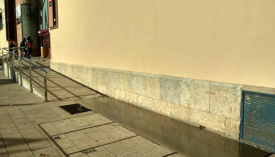 Imatge d'una de les planxes que ha caigut del sostre del Mercat de Reus.