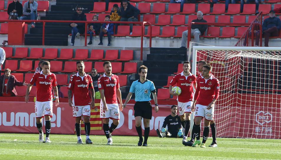 Els jugadors tarragonins després d'encaixar el gol contra el Villarreal B en el partit de diumenge passat al Nou Estadi.
