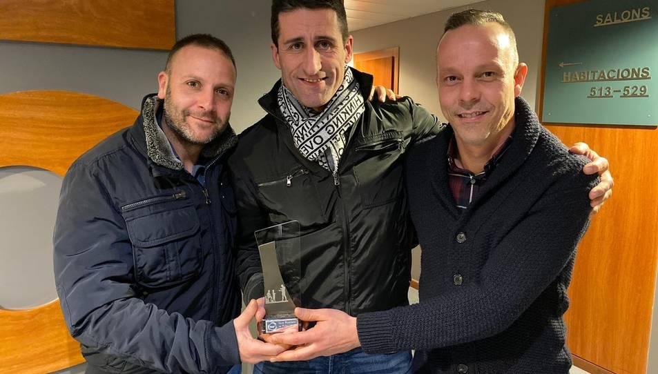 Adolfo Baines con el trofeo de mejor entrenador.