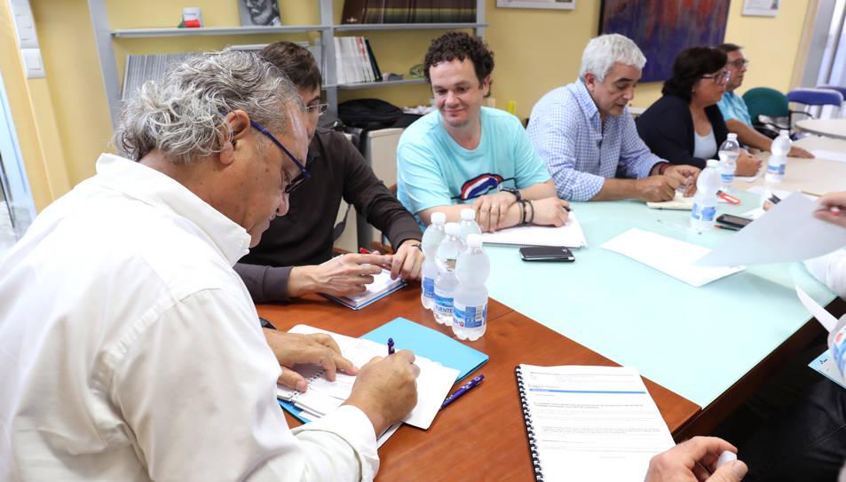 Ángel Juárez, en primer terme, durant una reunió, en una imatge d'arxiu.