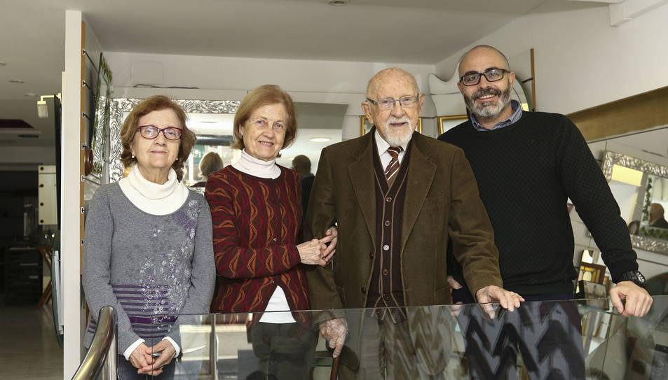 Gerard Sanromà, a la dreta, amb el seu avi Isaac i les tietes àvies Maria Isabel i Josefina.