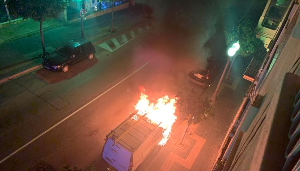 Imatge d'un dels cotxes cremats