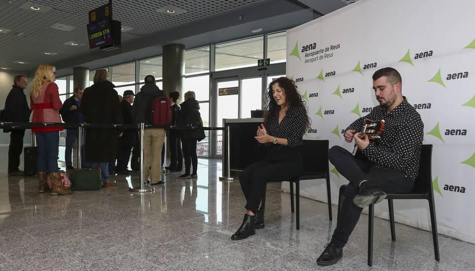 La 'cantaora' Lidia Mora i el guitarra flamenca Ruselito, ahir, durant l'embarcament.