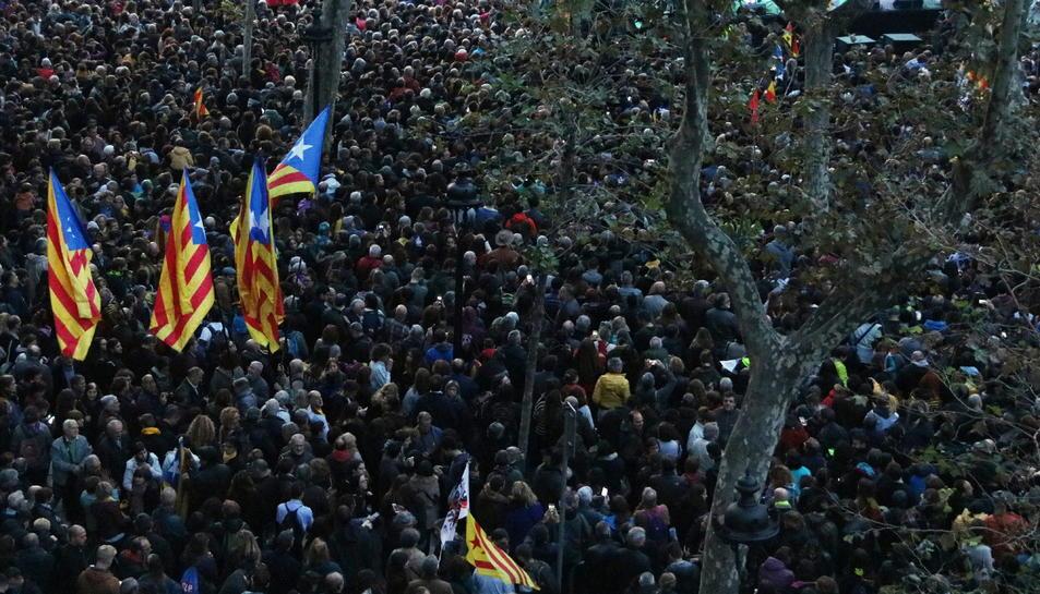 Imatge d'estelades en l'acte que el Tsunami Democràtic celebra el 9 de novembre a la plaça Universitat.