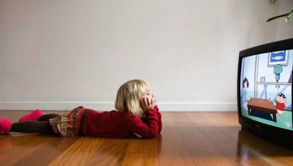 Imatge d'arxiu d'una nena mirant la televisió