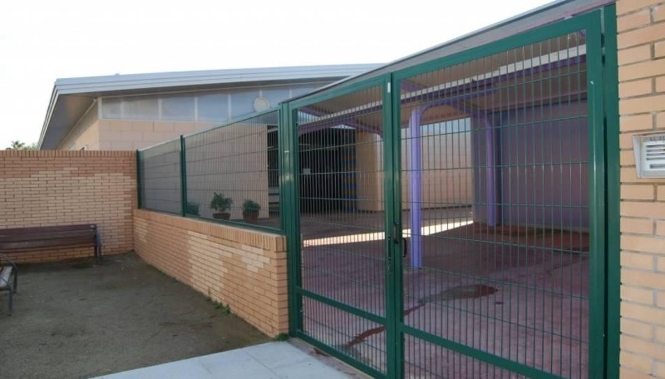 Imatge de la façana de l'escola Vora del Mar, de Cubelles