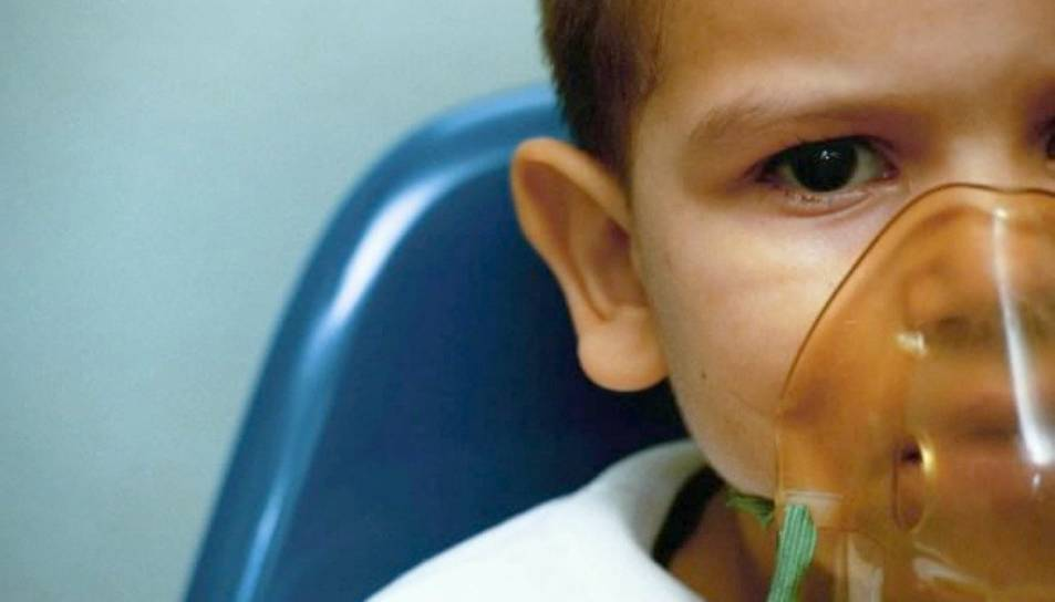 Imatge d'arxiu d'un nen amb la mascareta d'oxigen