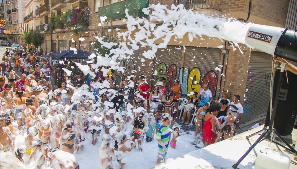 Instant de la festa de l'escuma durant la celebració de la festivitat del Barri del Port aquest 2019.