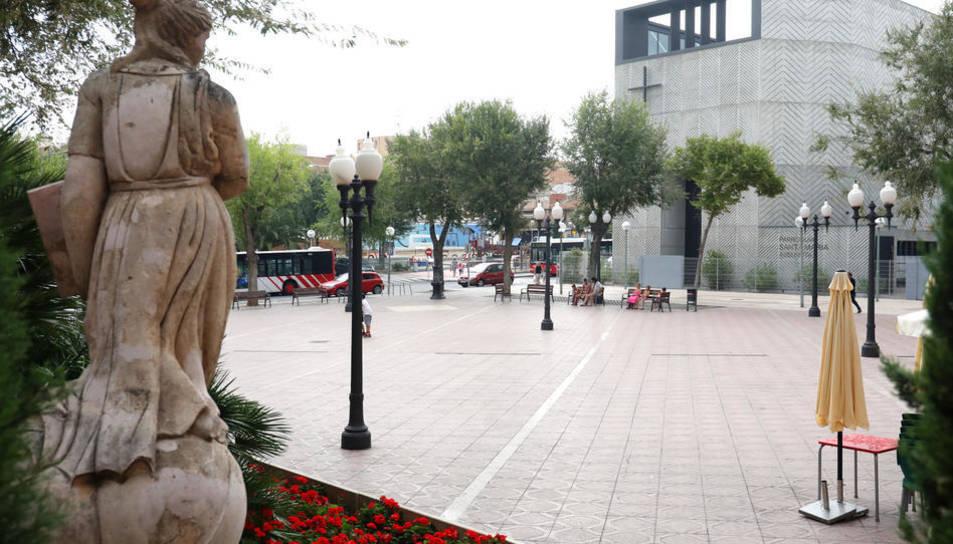 Imatge de la plaça Constitució de Bonavista, amb les llumeneres que seran substituïdes.