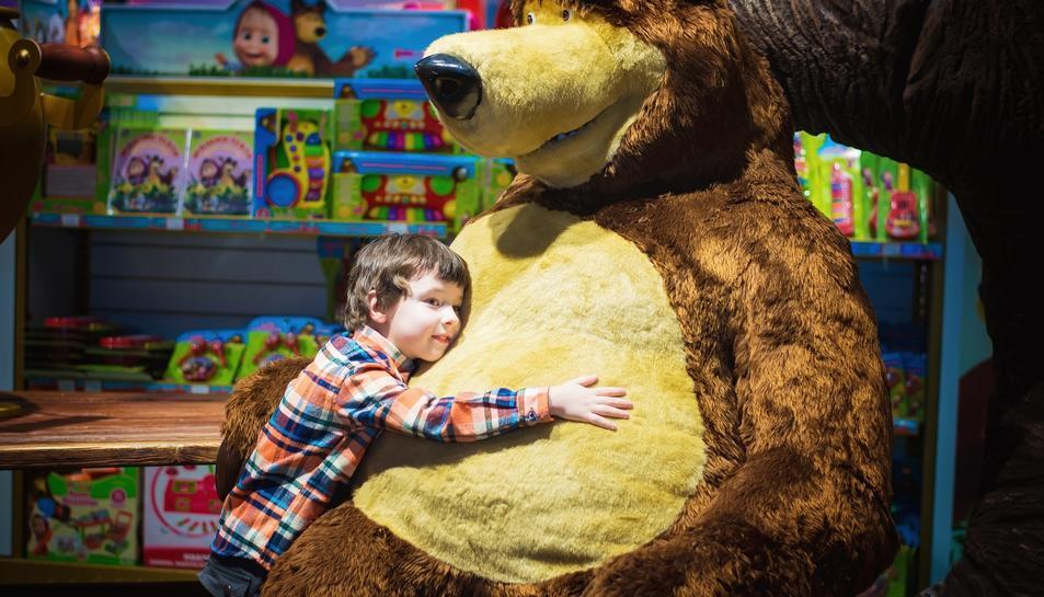 Imatge d'un nen envoltat de joguines.