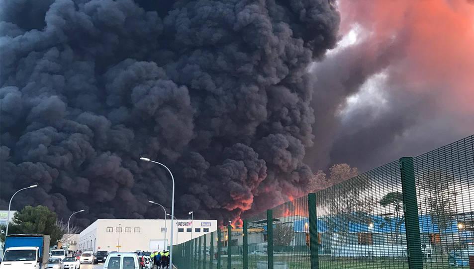 Pla general de l'incendi d'una nau industrial a Montornès del Vallès l'11 de desembre de 2019.