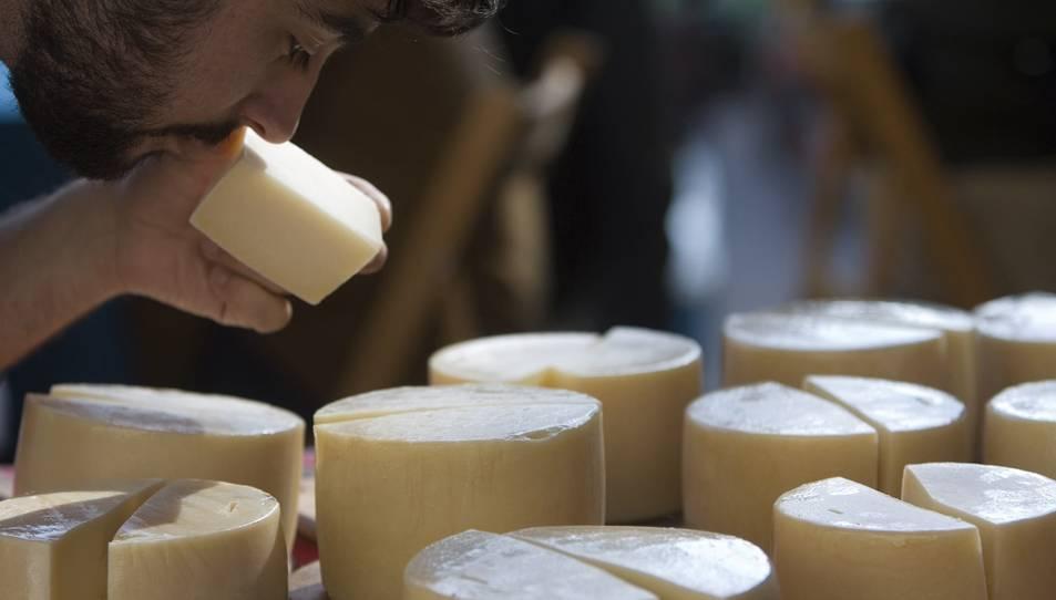 Imatge d'un home olorant un formatge