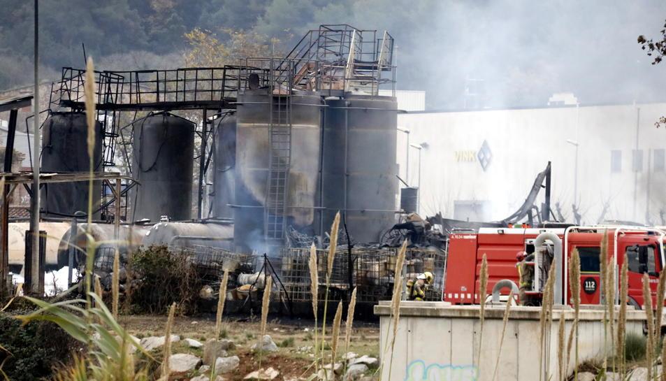 Pla dels bombers a la zona de l'incendi que ha afectat una fàbrica de Montornès del Vallès.