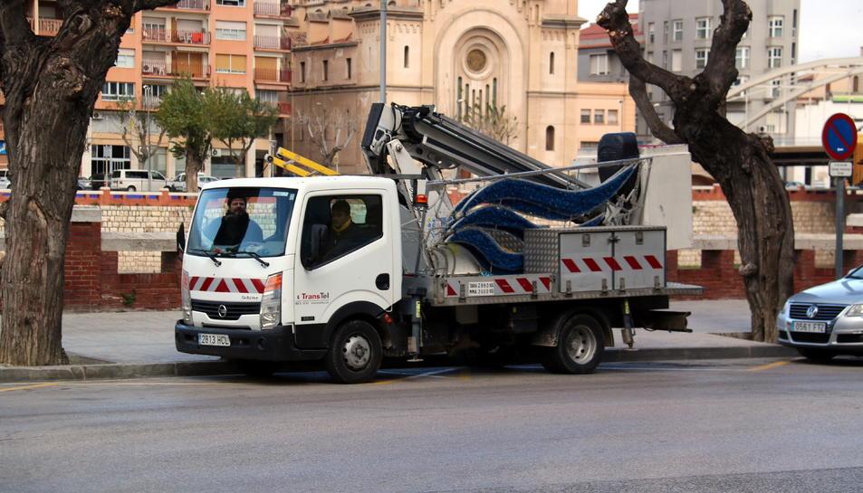 Pla general del camió de l'Ajuntament de Tortosa que ha carregat el cartell lluminós que ha caigut pel vent.