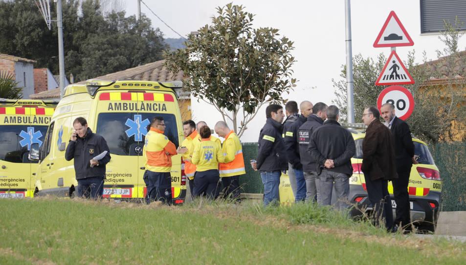 Imatge de la comitiva judicial, Mossos d'Esquadra i membres del SEM davant del domicili on han trobat dues menors