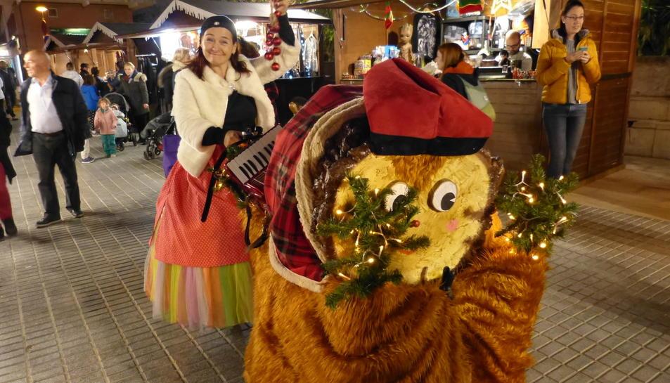 El tió Traginer, present al Mercat de Nadal de Salou.