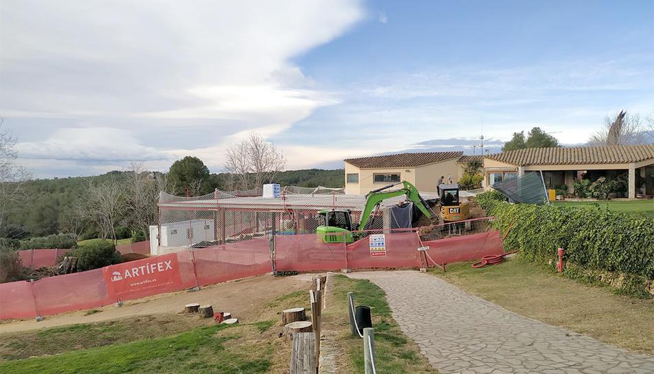 Imatge de les obres de construcció del centre DIR al Golf Costa Daurada.