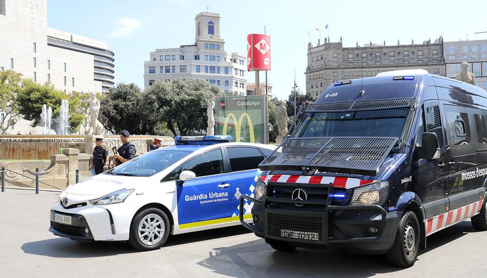 Imatge d'arxiu de vehicles policials davant un accés al metro de Barcelona.