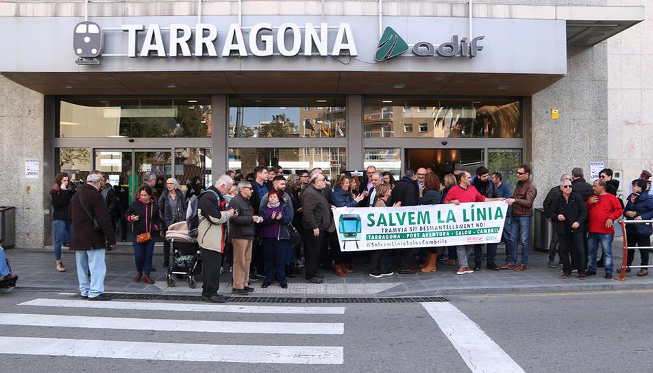 Els manifestants que han participat en la protesta per denunciar el desmantellament de la via de la costa Salou- Cambrils que s'ha fet davant de l'estació de Tarragona.