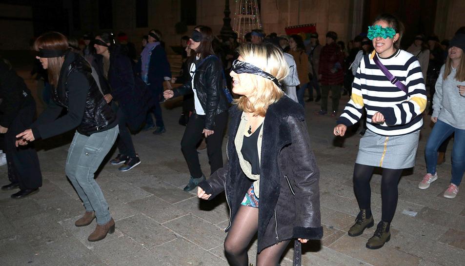 Les participants que han cantat i ballat l'himne feminista xilè ''Un violador en tu camino' en català a Tarragona durant la intervenció.