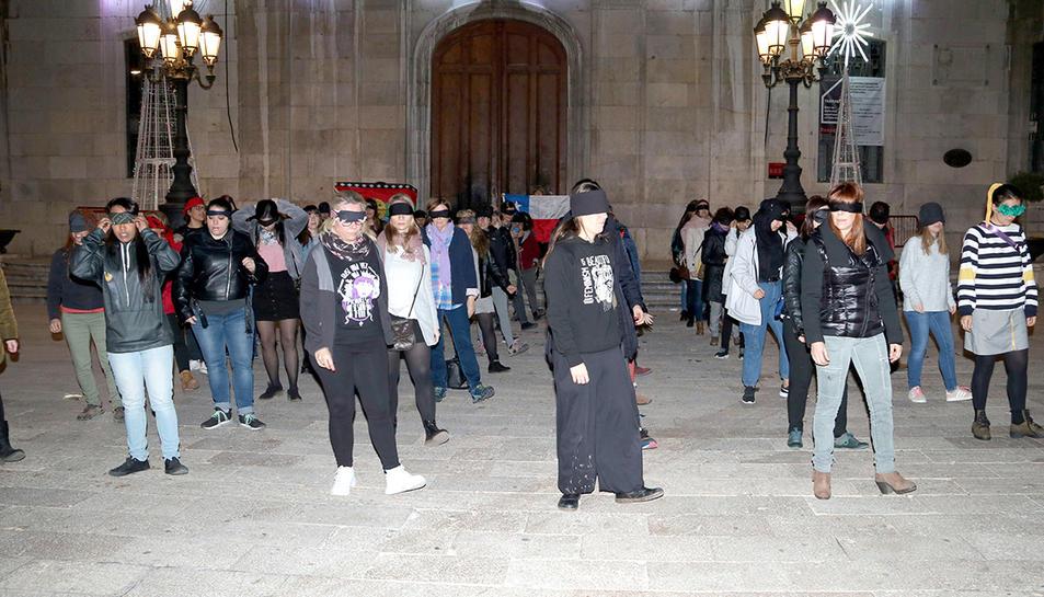 Les participants que han cantat i ballat l'himne feminista xilè ''Un violador en tu camino' en català a Tarragona.